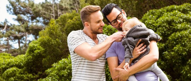 Couple gay parents par GPA et par adoption de l'enfant du conjoint
